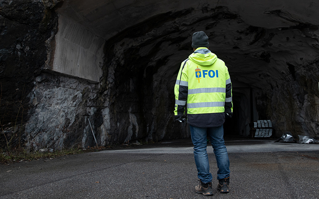 Man vänd in mot en tunnel med FOI-jacka.